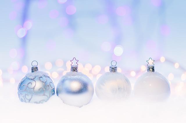 čtyři vánoční koule