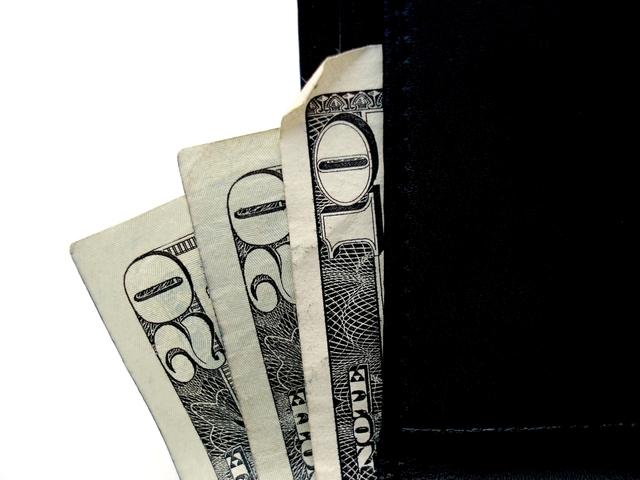 bankovky v černé peněžence.jpg